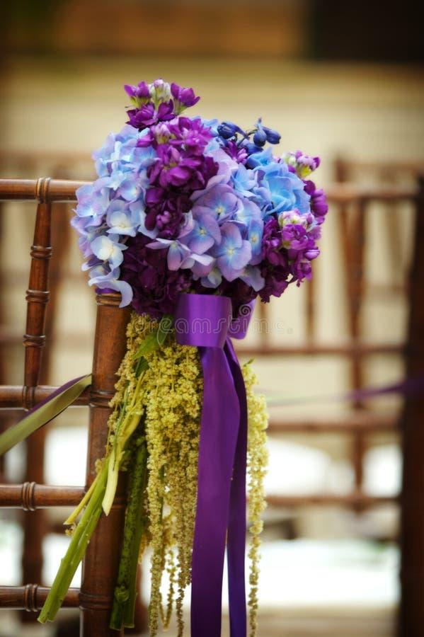 Fleurs de mariage sur le siège photo libre de droits