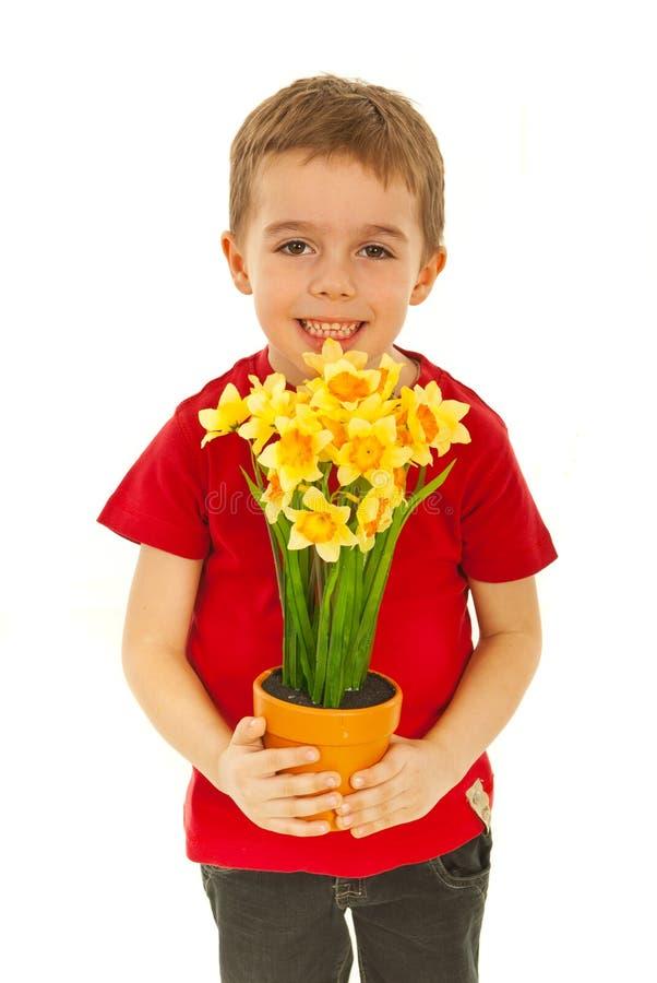 Fleurs de offre de garçon heureux image libre de droits