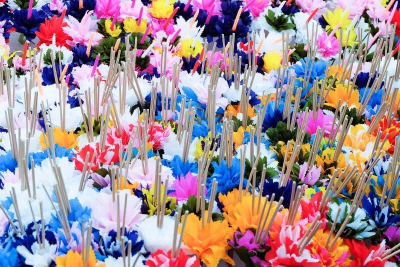 Fleurs de papier avec l'encens image stock