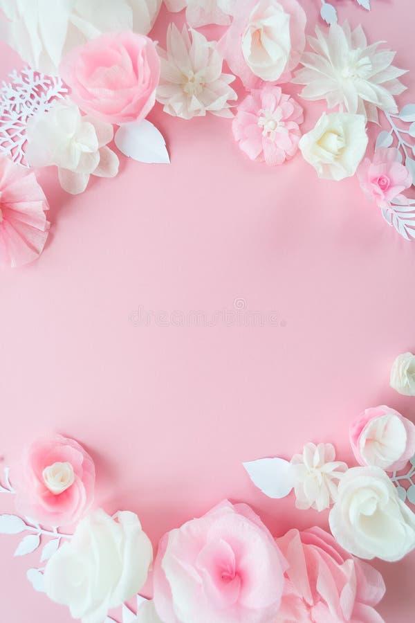 Fleurs de papier blanches et roses sur le fond rose photographie stock