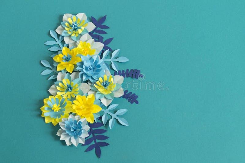 Fleurs de papier faites main sur le fond bleu Passe-temps préféré photographie stock