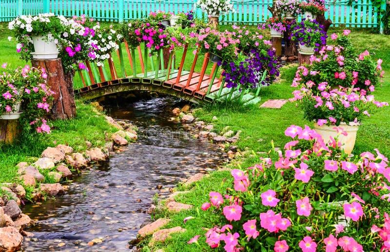 Fleurs de ressort dans le jardin avec un étang photos libres de droits