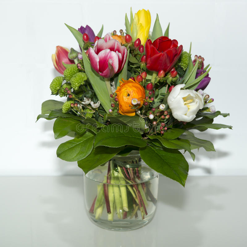 Fleurs de ressort dans le vase photographie stock