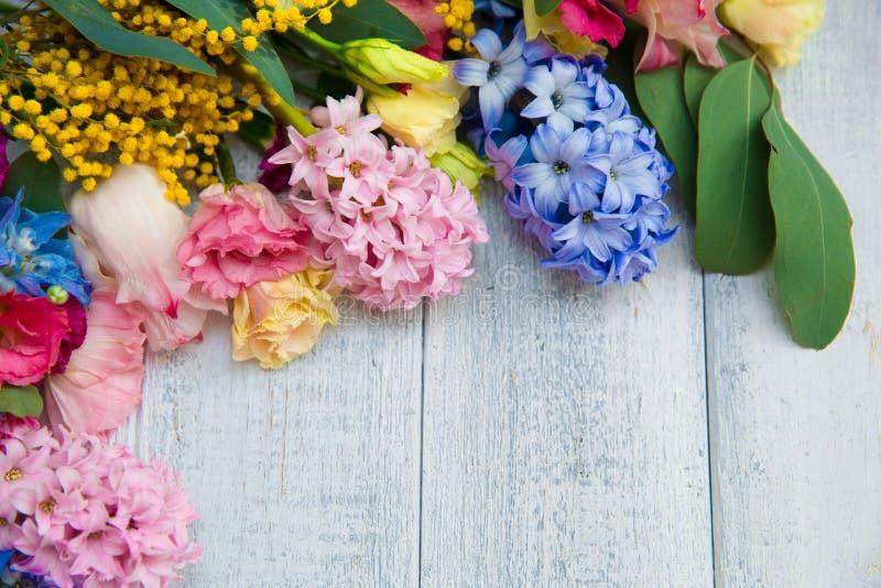 Fleurs de ressort sur le fond en bois Frontière de floraison d'été sur W photo libre de droits