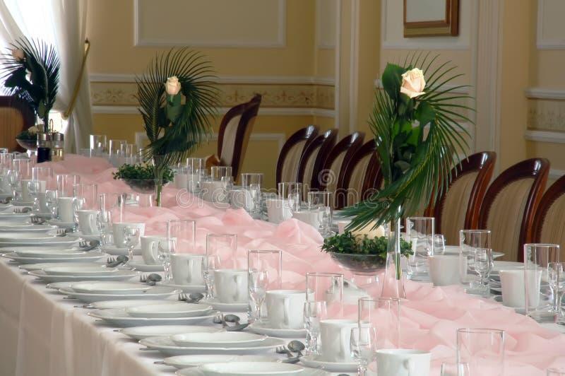 Fleurs de Rose sur la table de banquet photographie stock