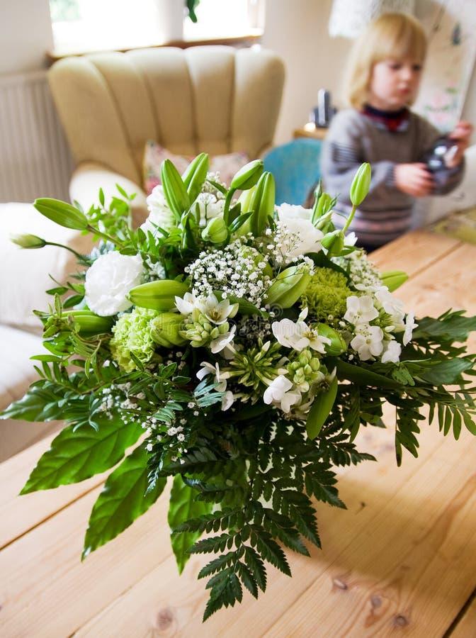 Fleurs de salon de salle de séjour photographie stock libre de droits