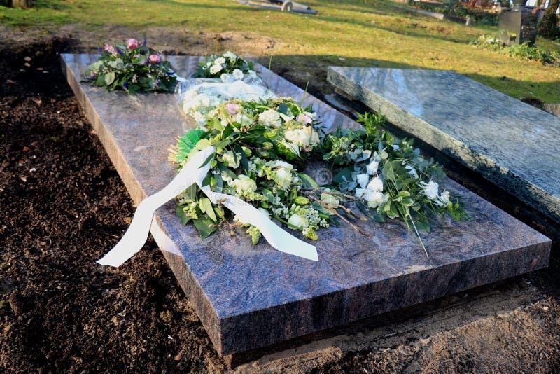Fleurs de sympathie sur une tombe photo libre de droits