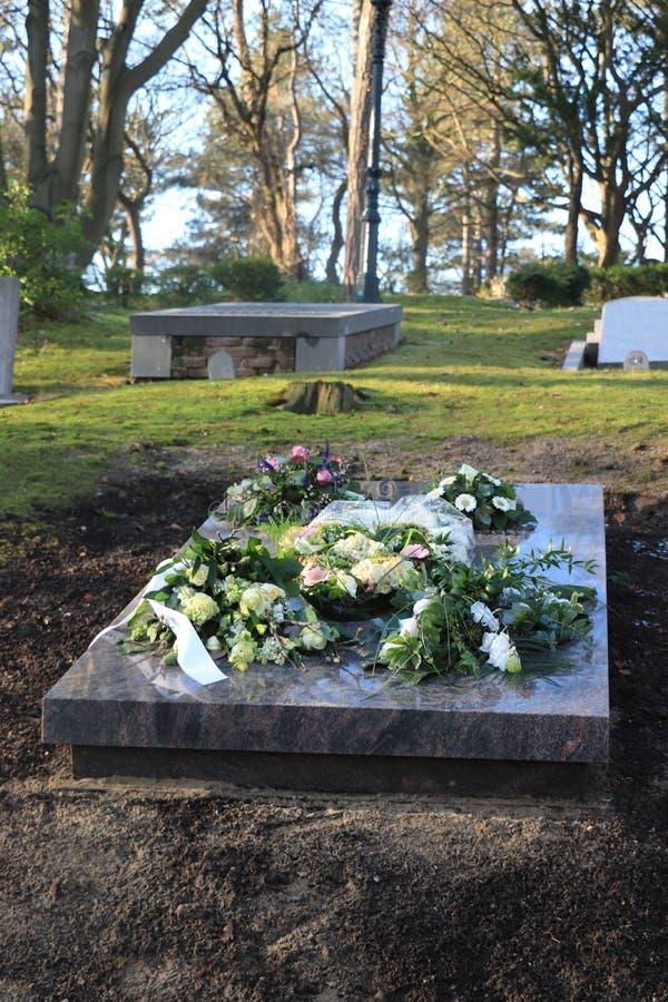 Fleurs de sympathie sur une tombe photos stock