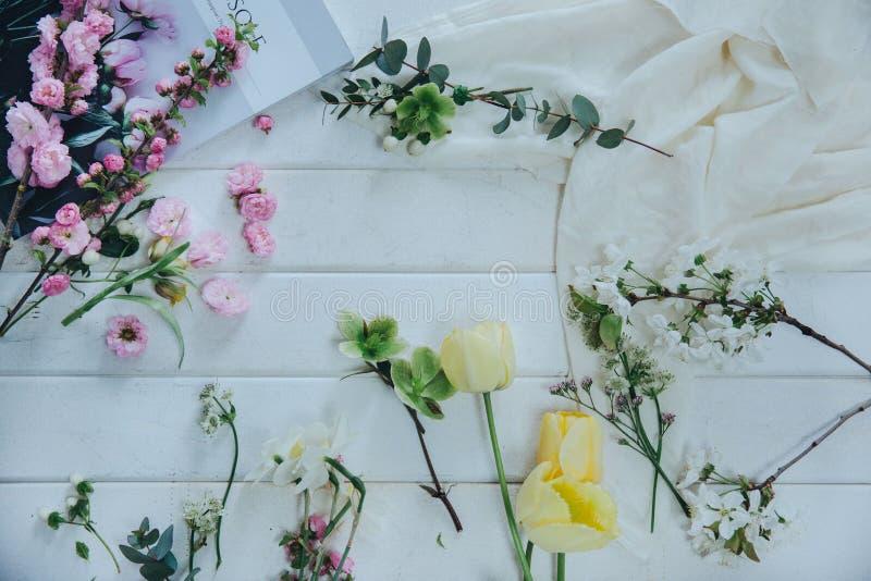 Fleurs douces différents types de fleurs pendant la préparation de bouquet Plat-configuration images libres de droits