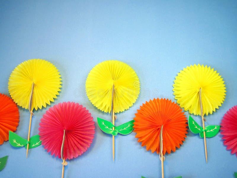 Fleurs effectuées à partir du papier image stock