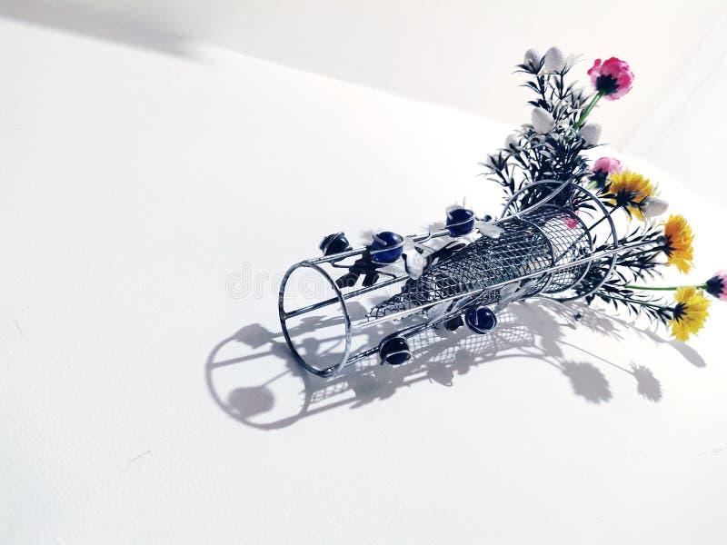 fleurs en plastique dans le pot, pots de fleurs images libres de droits