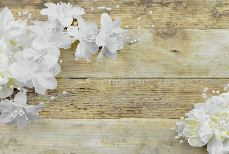 Fleurs en soie blanches et enes ivoire sur un fond lavé blanc en bois rustique image libre de droits