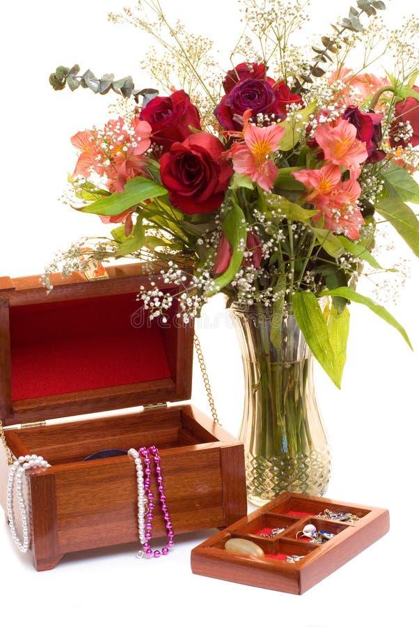Fleurs et bijou photos libres de droits