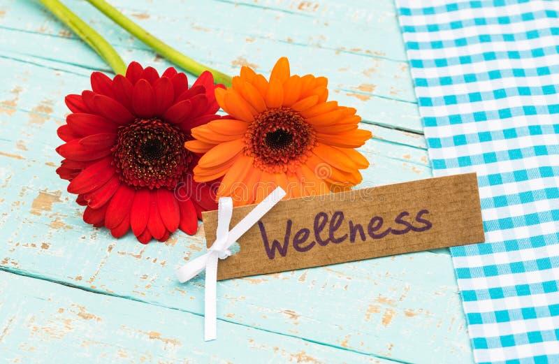 Fleurs et carte cadeaux colorées pour le traitement de bien-être ou de station thermale, les vacances ou le week-end photographie stock libre de droits