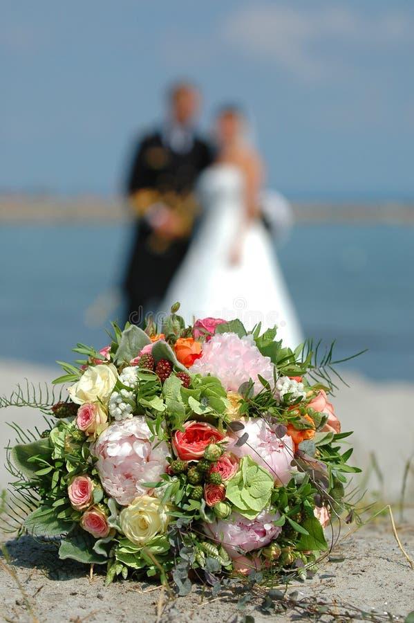 Fleurs et couples de mariage photos stock