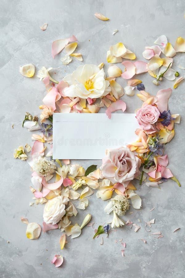 Fleurs et enveloppe image stock
