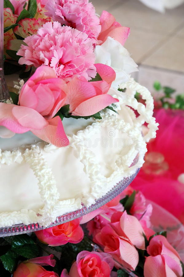 Fleurs et gâteau image libre de droits