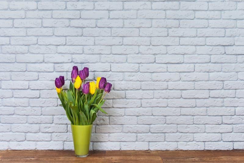 Fleurs et mur photos stock