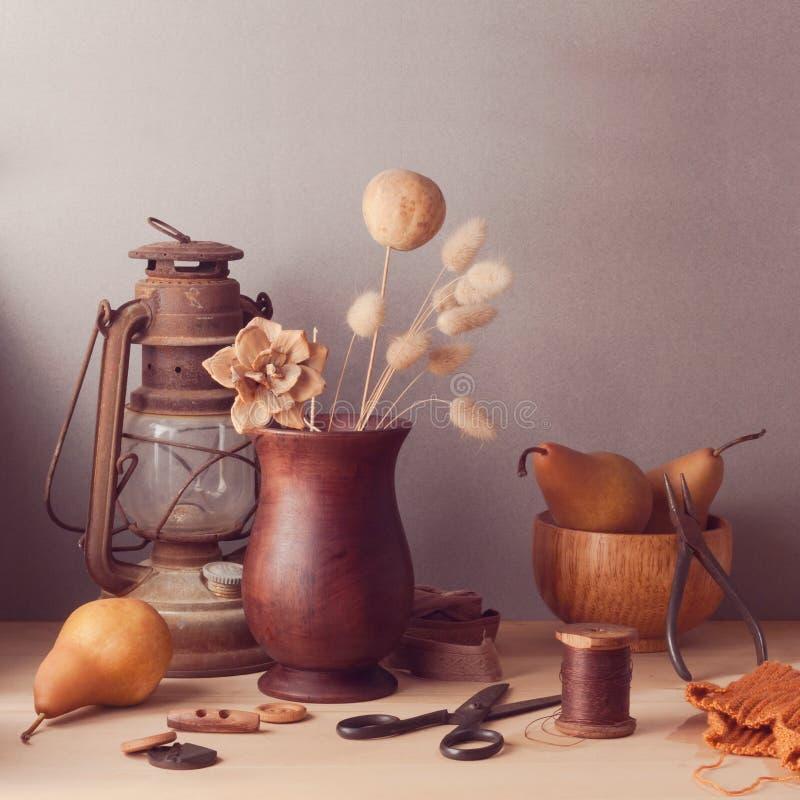 Fleurs et poires sèches sur la table en bois Toujours durée rustique images libres de droits