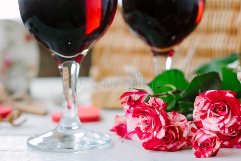 Fleurs et verres de vin sur la célébration de la Saint-Valentin images libres de droits