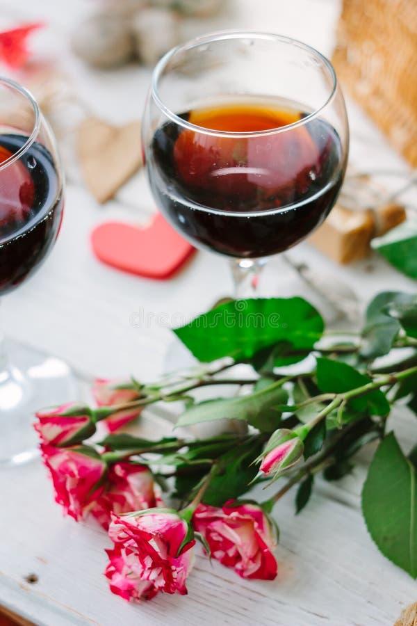 Fleurs et verres de vin sur la célébration de Valentine \ du 'jour de s image libre de droits