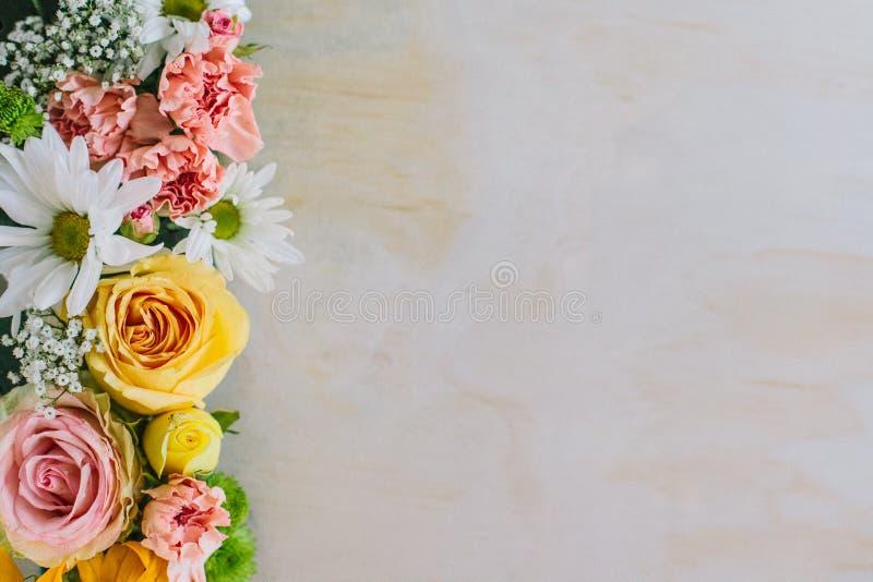 Fleurs fraîches sur le bois de construction image libre de droits