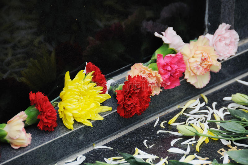 Fleurs funèbres pour des condoléances images stock