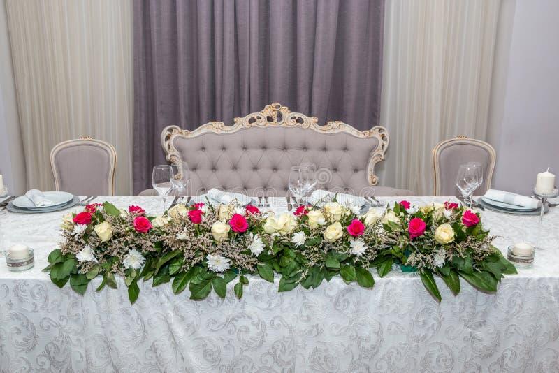 Fleurs les épousant colorées de table image libre de droits
