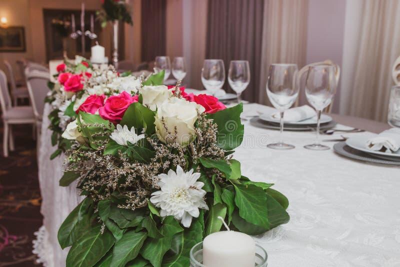 Fleurs les épousant colorées de table images libres de droits