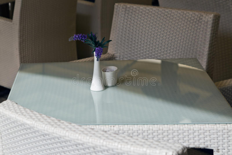 Download Fleurs Lilas Dans Un Vase Blanc Image stock - Image du présidence, fond: 87702753