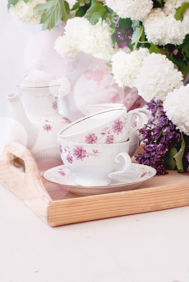 Fleurs lilas de groupe dans une cuvette photographie stock
