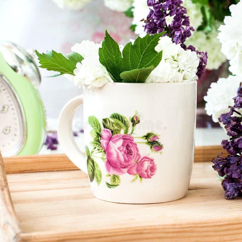 Fleurs lilas de groupe dans une cuvette photos libres de droits