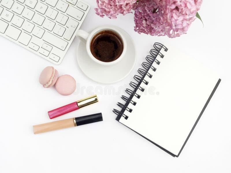 Fleurs lilas sur le siège social femelle de workdesk avec la maquette blanche de vue supérieure de fond de clavier et de café image libre de droits