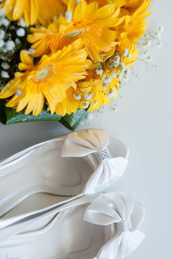 Fleurs nuptiales de bouquet de chaussures images libres de droits