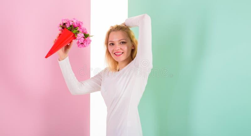 Fleurs préférées reçues heureuses de Madame comme cadeau Bonheur égal de bouquet Goûts de sourire de femme pour recevoir la surpr image libre de droits