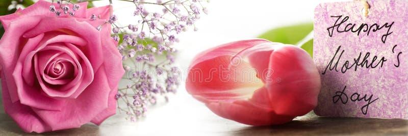 Fleurs roses avec la carte de jour de mères image stock