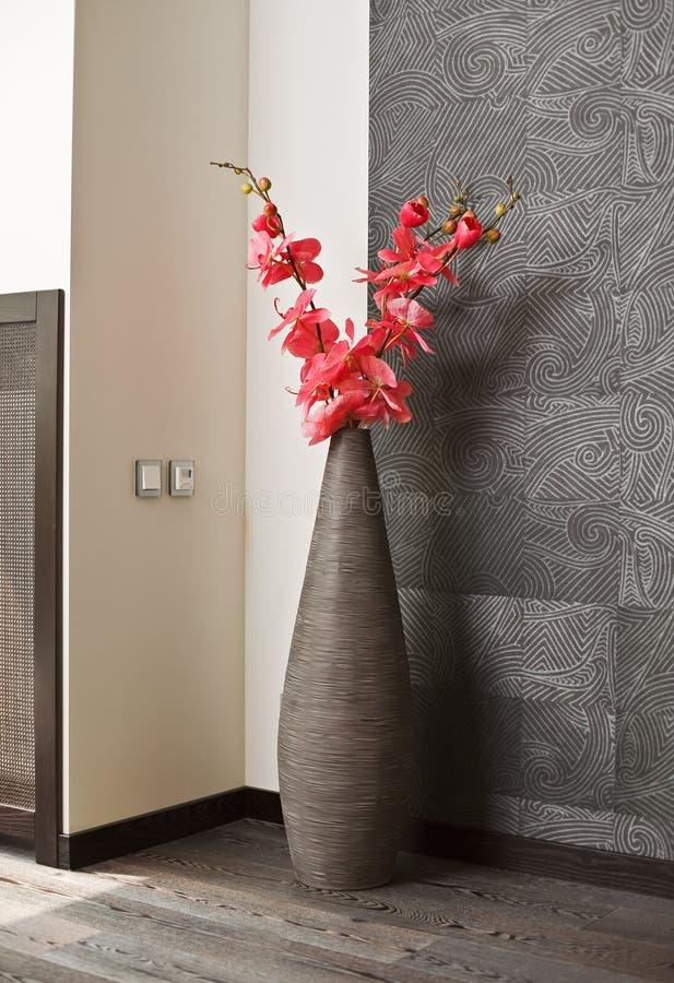Fleurs roses d'orchidée dans le vase en osier images libres de droits