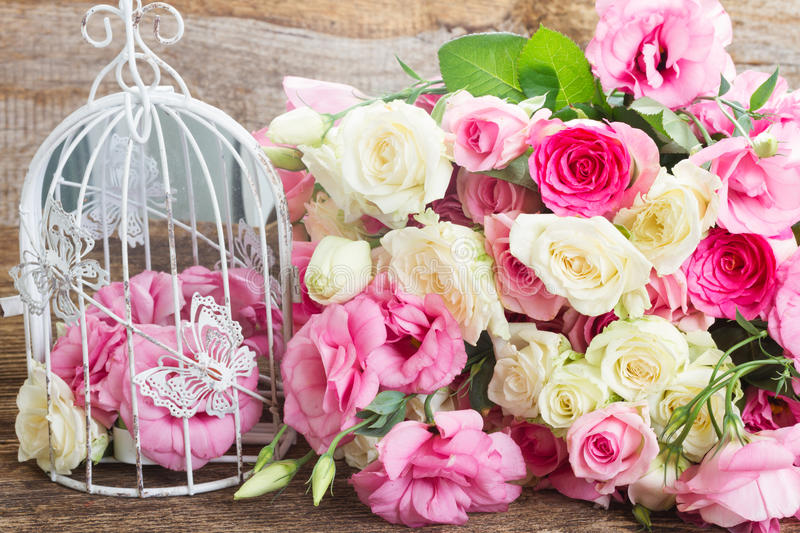 Fleurs roses et blanches photo stock