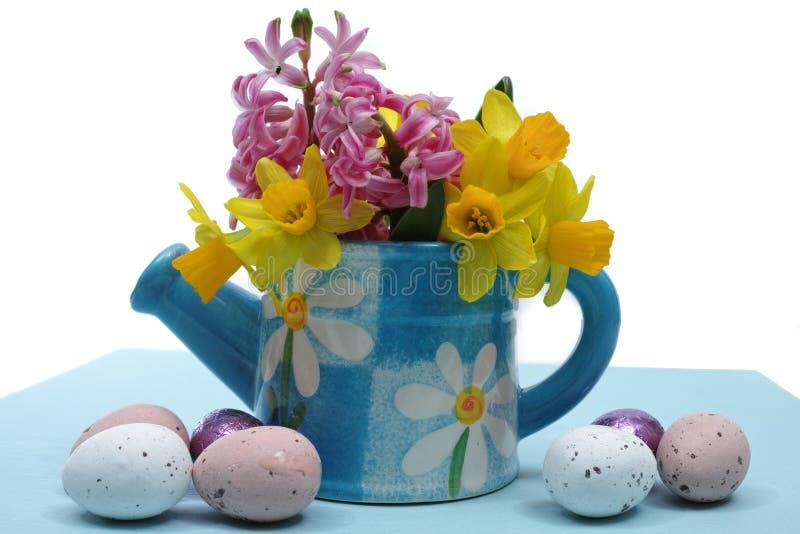Fleurs roses et jaunes de ressort, oeufs colorés, dimanche de Pâques image stock