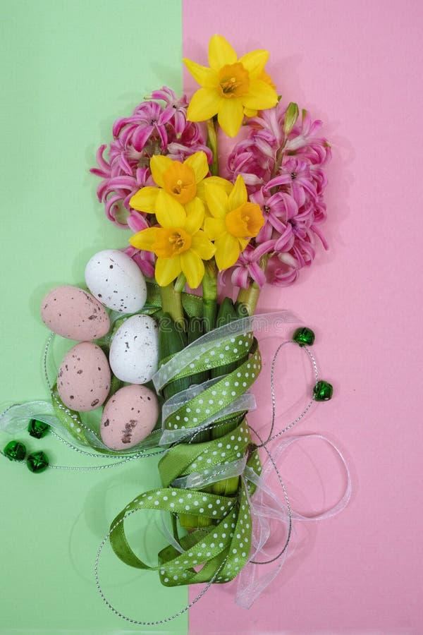 Fleurs roses et jaunes de ressort, oeufs colorés, dimanche de Pâques images libres de droits