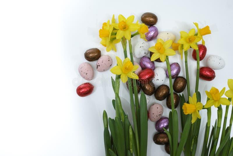 Fleurs roses et jaunes de ressort, oeufs colorés, dimanche de Pâques photo stock