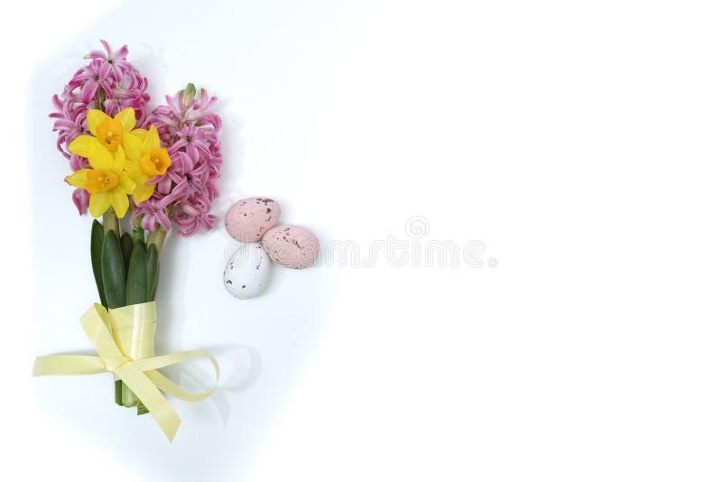 Fleurs roses et jaunes de ressort, oeufs colorés, dimanche de Pâques image libre de droits