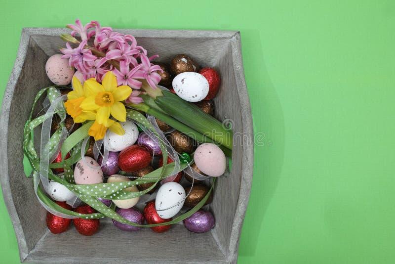 Fleurs roses et jaunes de ressort, oeufs colorés, dimanche de Pâques, cannette de fil image libre de droits