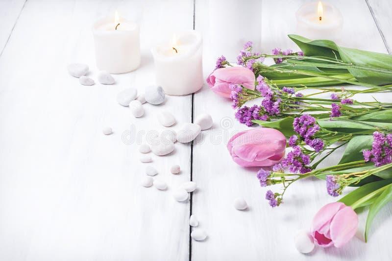 Fleurs roses sur un fond en bois blanc photo stock