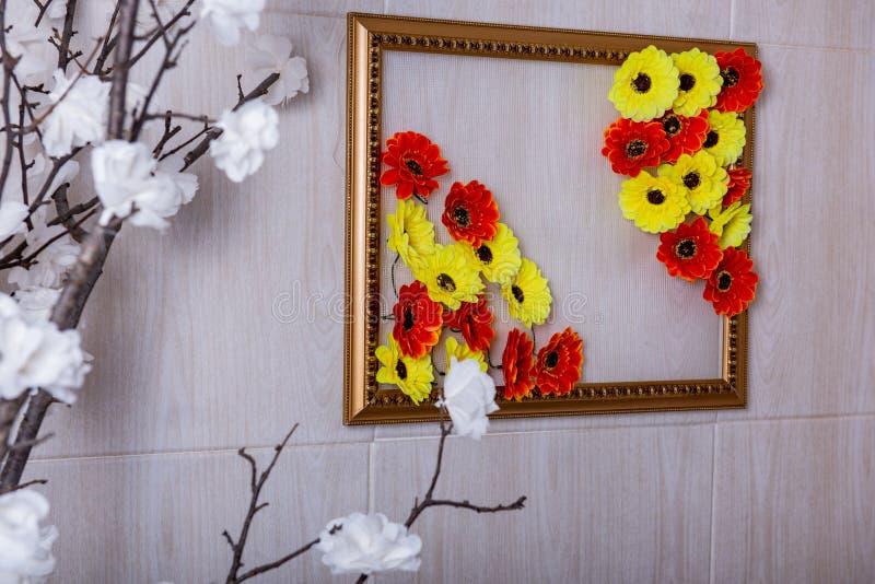 Fleurs rouges et blanches jaunes photos libres de droits