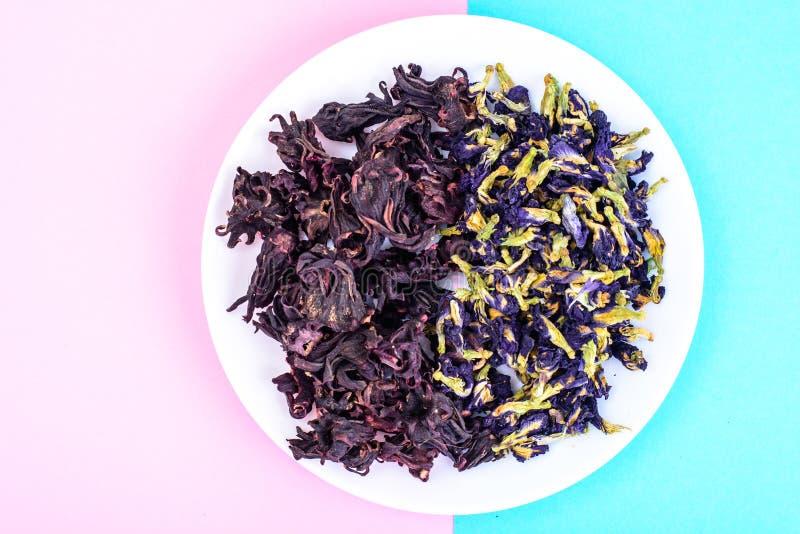 Fleurs rouges et bleues sèches pour le thé image libre de droits