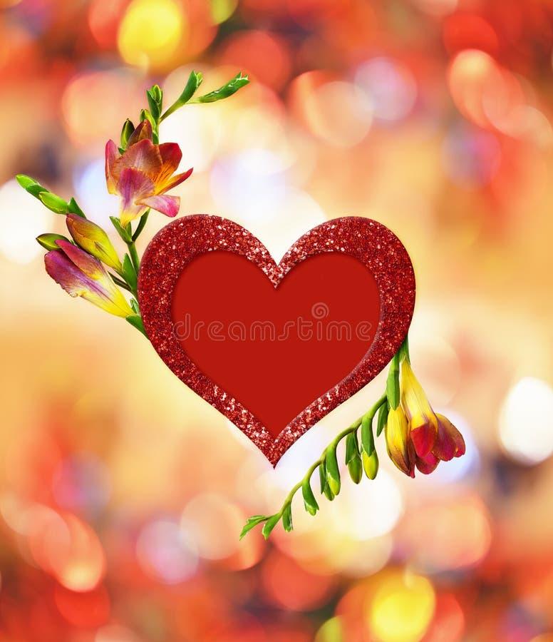 Fleurs rouges et jaunes fraîches de freesia et scintiller coeur dans la disposition pour le jour de Valentine's illustration libre de droits