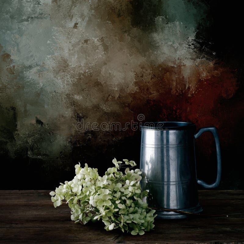 Fleurs sèches d'hortensia et vieille chope d'étain Durée toujours 1 images libres de droits