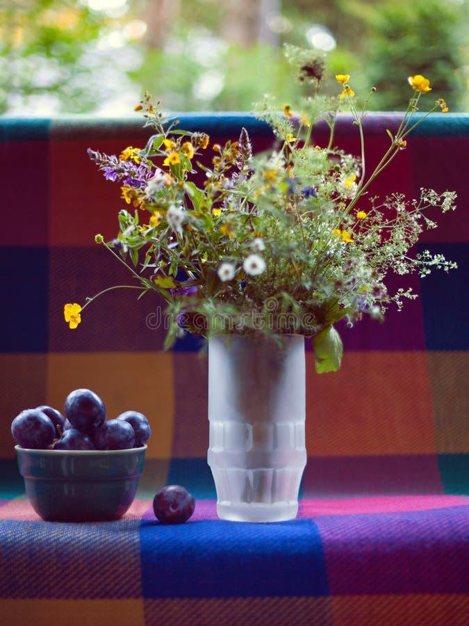 Fleurs sauvages dans le vase photographie stock