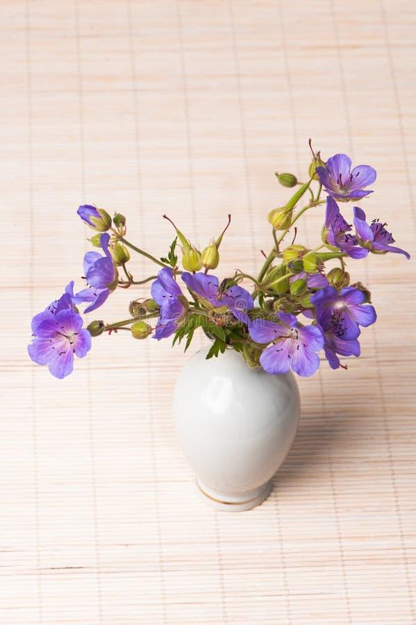 fleurs sauvages dans un vase photo stock image du bouquet oreille 15634836. Black Bedroom Furniture Sets. Home Design Ideas